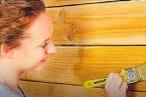 Lasur möbelt Holz auf